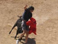 hombre corriendo delante de un toro.jpg