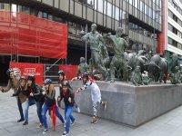 Amigas imitando el monumento