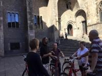 Explicando a los ciclistas la arquitectura catalana