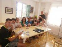 Jugando a las cartas en el campamento en Granada