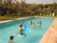 Jugando en la piscina en Granada