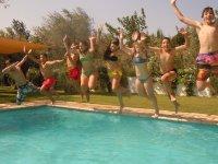 Saltando a la piscina del campamento en Granada
