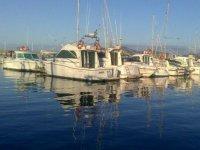 Embarcaciones esperando en el puerto