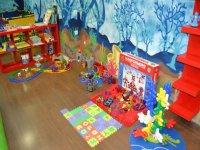 juegos infantiles en el suelo y en la estanteria