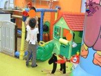 ninos jugando en un parque infantil