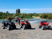 Pareja junto al rio con los quads en Malaga