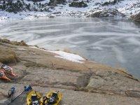 自行车路线球拍在冰冻的湖面