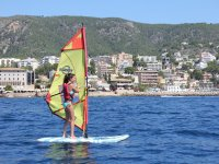 nina navegando en windsurf