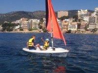 一艘帆船中的两名年轻人