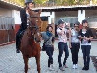 ragazze accanto a un cavallo