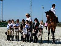bambini accanto a un cavallo e monitor