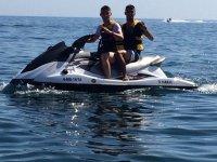 Dos personas en moto de agua