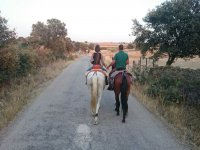 De la mano a caballo en Caceres