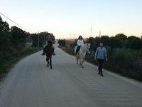 Guiando a los jovenes a caballo en Malpartida