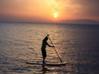 Paddle surf al anochecer