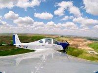 在飞机上堕落的山谷上空飞