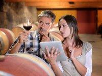 Consultando el vino Ribera de Duero en la tablet