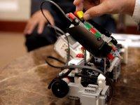 Colocando la pieza en el robot