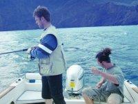 dos jovenes preparandose para pescar
