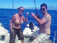 pareja ensenando su pesca