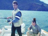 jovenes en un barco a punto de pescar