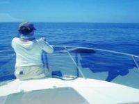 水淹没塞诺拉一艘小船在船上年轻