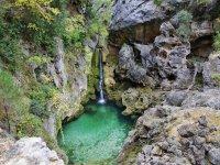 Cascada natural de agua
