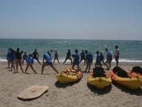 Calentando antes de coger los kayaks en Roquetas