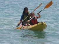 Chicas en canoa biplaza en Roquetas