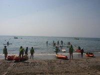 Entrando en el agua con las canoas en Roquetas