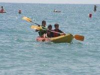 Navegando en canoa triplaza en Roquetas