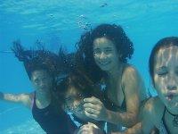 Buceando en la piscina del campamento