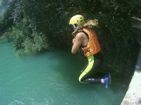Saltando al rio desde el puente en Valencia