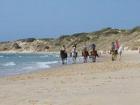 在加的斯海滩上骑马