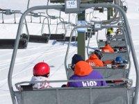 在滑雪缆车上滑雪