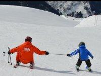 教滑雪儿童
