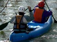 dos personas navegando en canoa