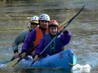 tres personas disfrutando de un paseo en canoa