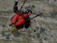 piloto disfrutando de un vuelo en paramotor