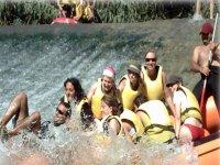 小幅跳水漂流在河塞古拉在Calpe Puenting