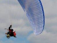 Persona che si gode un volo in paramotore in Cantabria