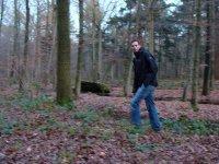 在森林中徒步旅行