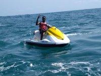 Ocupando una moto de agua en solitario