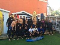 学生们在冲浪房露台
