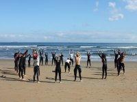 学生在沙滩上升温