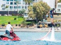 Flyboard junto al instructor en moto de agua