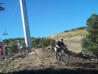 bici en la estacion de esqui