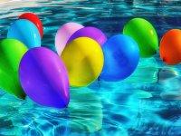Globos de colores en la piscina Valladolid