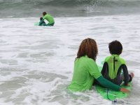 los peques aprenden a surfear