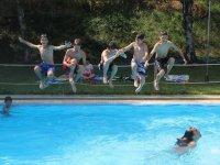 Saltando a la piscina en Aisa